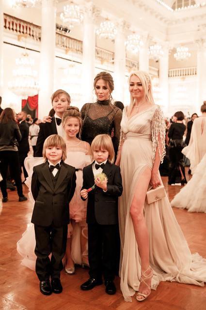Юлия Барановская и Яна Рудковская с детьми