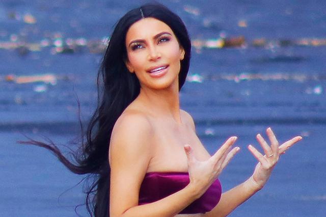Горячо! Ким Кардашьян в бархатном бикини устроила фотосессию на вулканическом пляже
