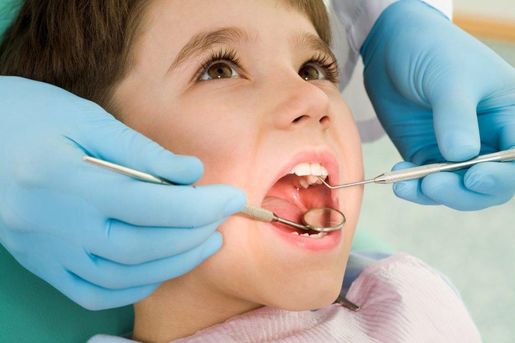лечить у ребенка следует каждый молочный зуб