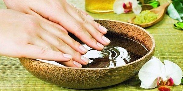 2. Смажьте ногти вместе с кутикулой любым эфирным маслом (также подойдет оливковое), легкими массажными движениями втирайте масло в ноготь. Процедуру массажа с маслом стоит повторять ежедневно. 3. Раз в неделю делайте ванночку для ногтей: 3 чайных ложки морской соли растворяем в теплой воде, добавляем ложку йода и ложку оливкового масла. Опускаем ручки в ванночку на 15-20 минут.
