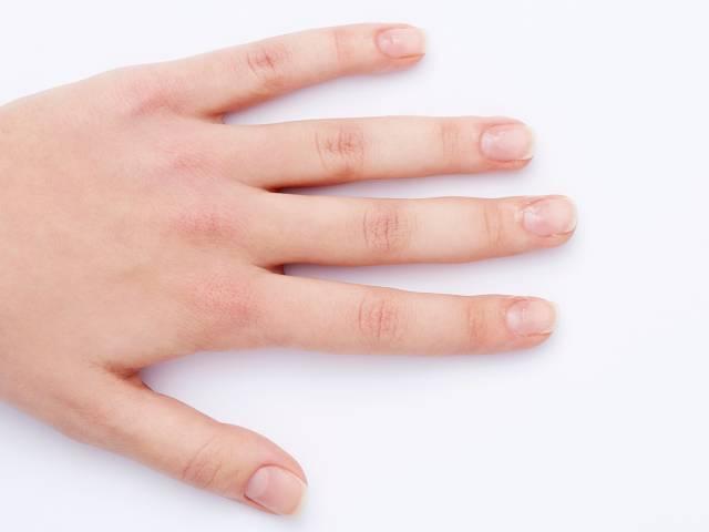 Нанесите на ногти обезжиривающее покрытие