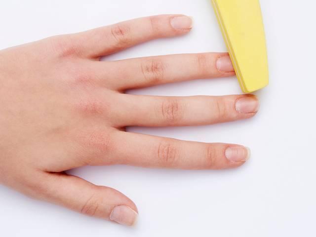 Отполировать поверхность ногтей с помощью бафа.