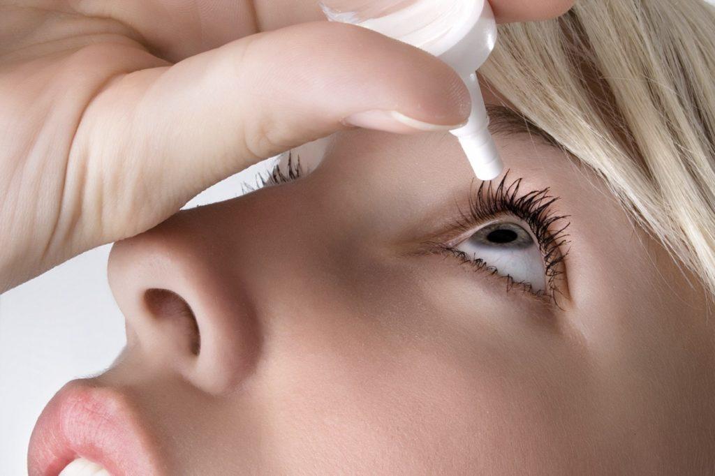 дискомфорт глаз может вызываться их сухостью