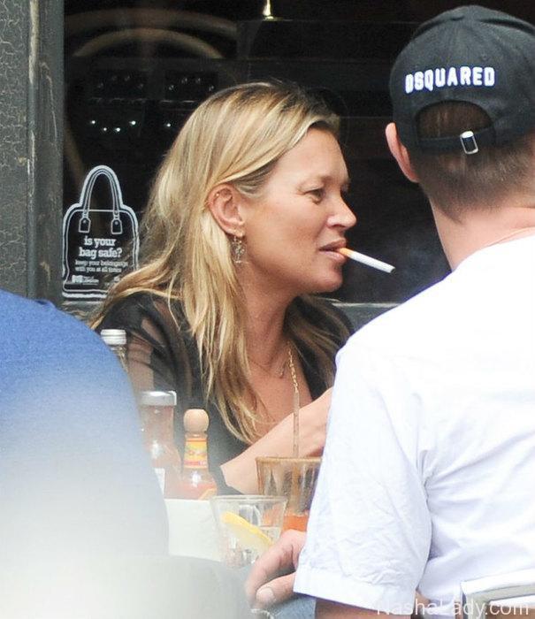 Кейт Мосс снова начала пить и курить