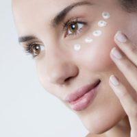 Как правильно ухаживать за кожей глаз с помощью кремов и масок?