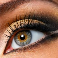 Дымчатый макияж глаз в золотых тона