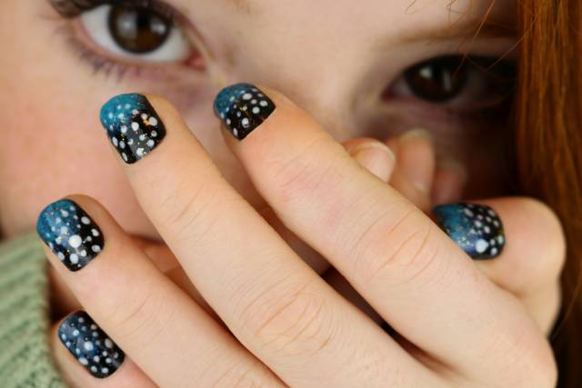 Дизайн ногтей с космосом на коротких ногтях