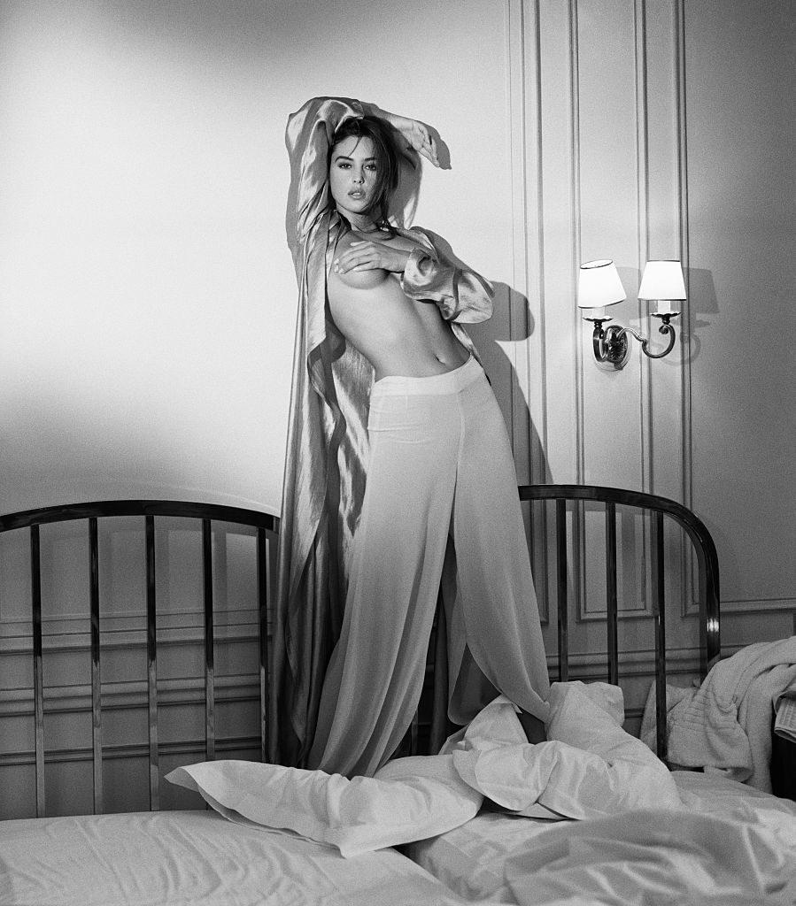 Ты смотрела «Малену» с блистательной Моникой Белуччи? Если нет, срочно исправь эту оплошность – в картине сексуальность итальянки буквально сочится через экран. Роскошная и чувственная Моника всегда нравилась не только мужчинам, но и женщинам – глядя на нее, они прекращали морить себя диетами и учились чуть больше наслаждаться простыми жизненными радостями вроде аппетитной пасты, как делает это Беллуччи. «Мужчины любят то, чем не могут обладать», - говорила Моника, намекая о пользе личного пространства и вреде растворения в партнере, чем часто грешат влюбленные девушки. «Быть красивой в 20 лет – это естественно. Но когда вы красивы в 35 и 45 – это уже жизненная позиция. С возрастом и желание не угасает. В молодости желание управляет нами на гормональном уровне. Со временем секс становится, скажем, более обдуманным, но наслаждение по-прежнему так же сильно».