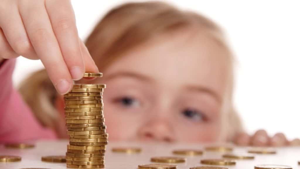 Когда ребенку можно выдавать первые карманные деньги и сколько?