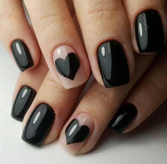 50 идей для акрилового маникюра - Черный лак и черные сердца на коротких ногтях