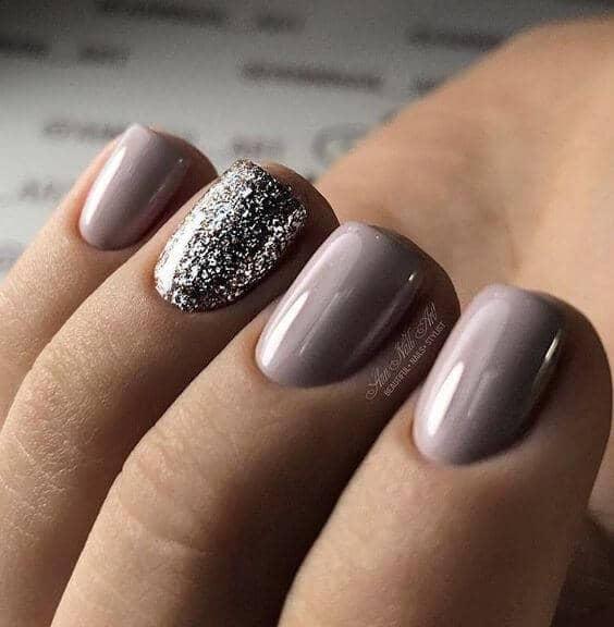 50 идей для акрилового маникюра - Короткие ногти миндального оттенка с блестками