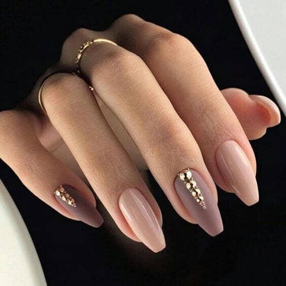 50 идей для акрилового маникюра - Миндальные ногти с розовыми и золотыми оттенками