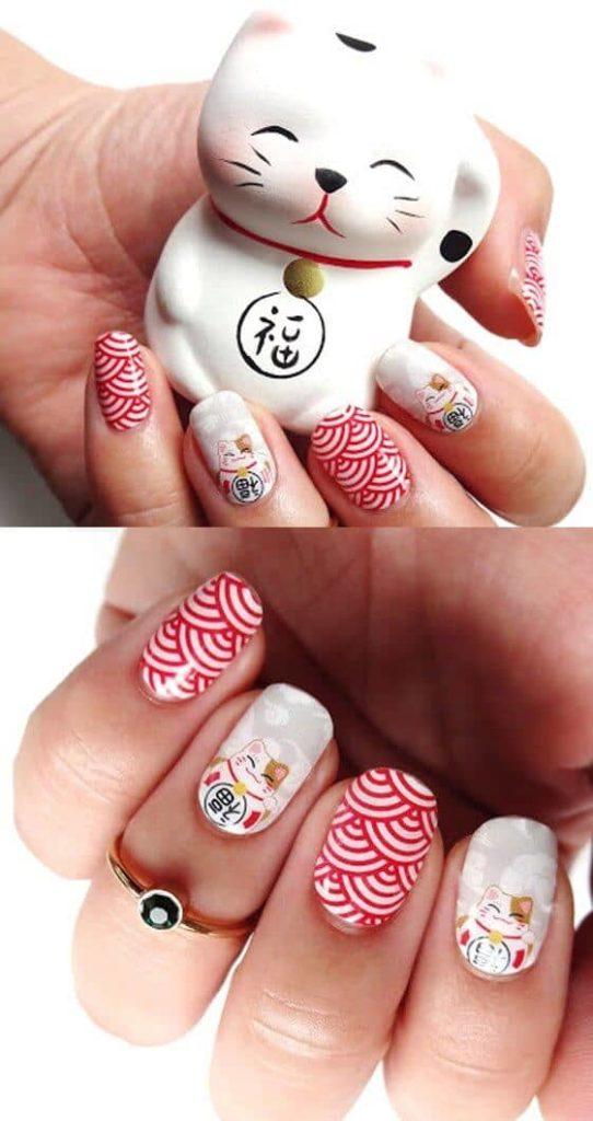 50 идей для акрилового маникюра - Акриловые ногти с красно-белым узором и изображением манэки-нэко