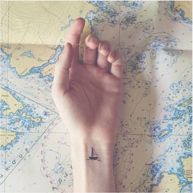 идеи для маленьких татуировок парусная лодка