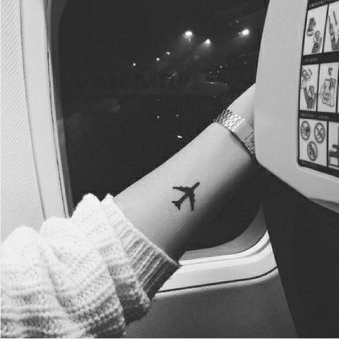 идеи для маленьких татуировок самолет