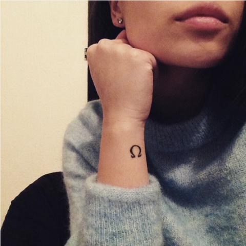 идеи для маленьких татуировок омега