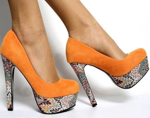 яркие весенние туфли на каблуках
