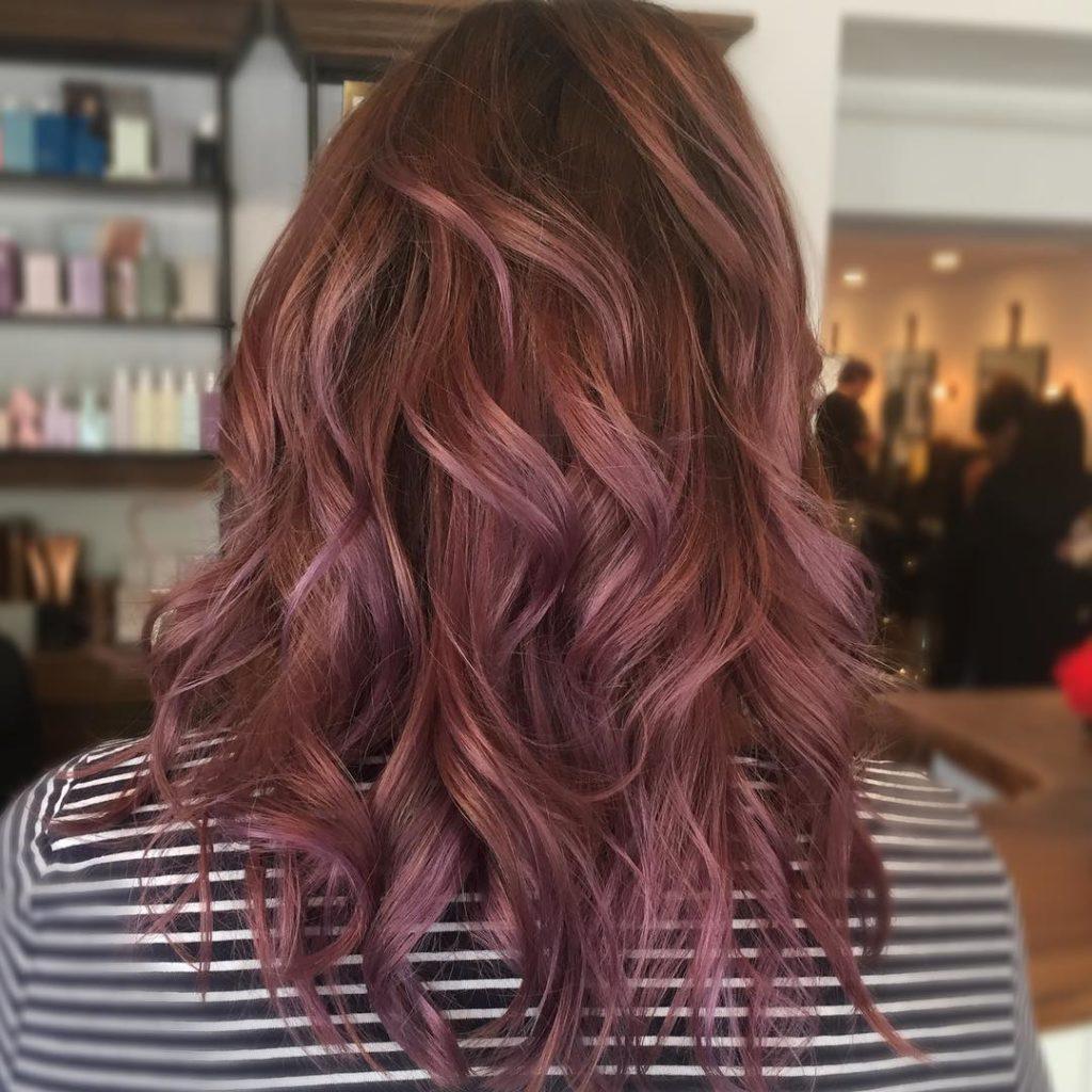 Шоколадно-розовый цвет волос