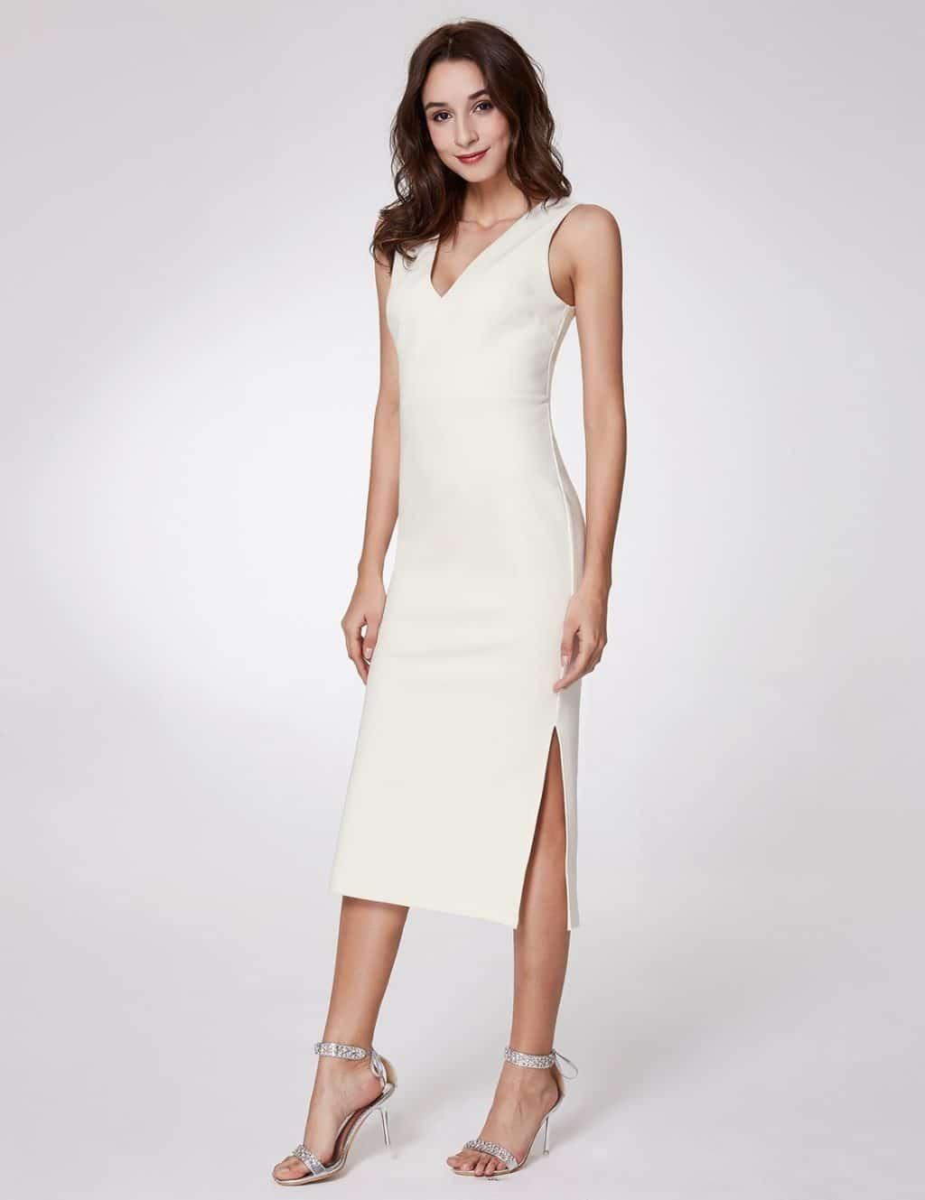 Белое облегающее платье с разрезом