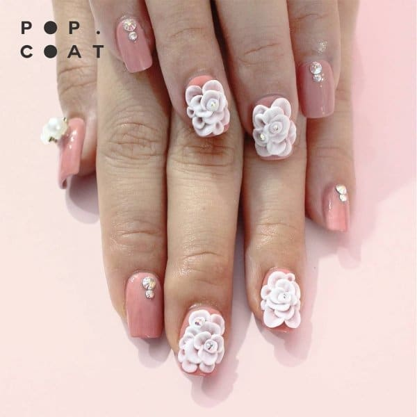 крупные детали на ногтях