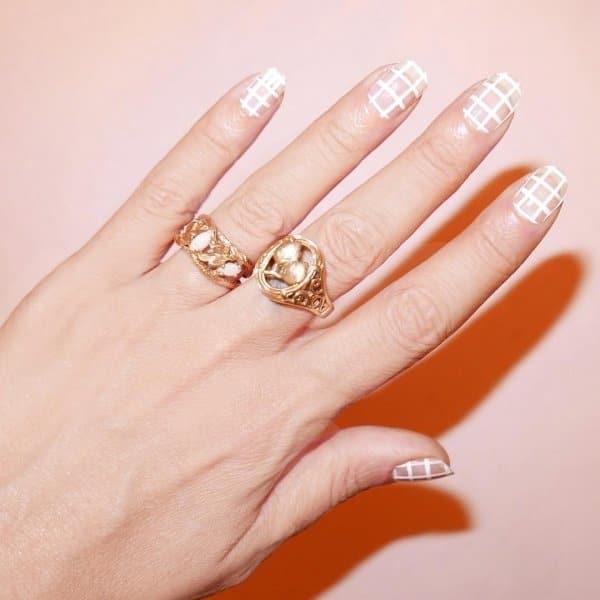 белая клетка на ногтях