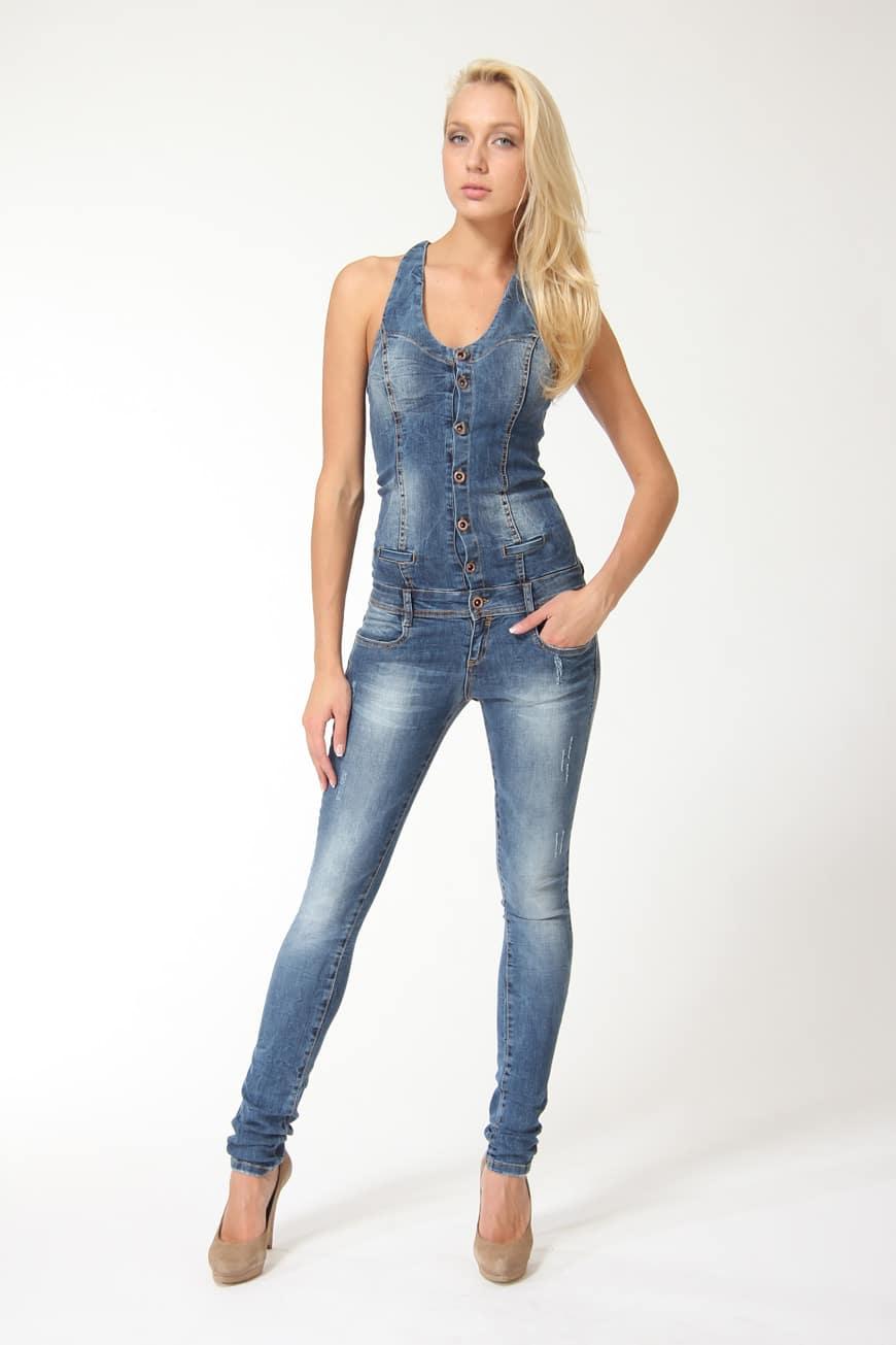 модный джинсовый комбинезон