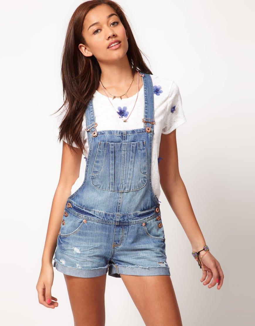 женский джинсовый комбинезон с футболкой