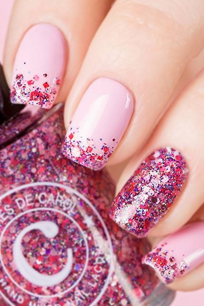 Маникюр с яркими розовыми блестками