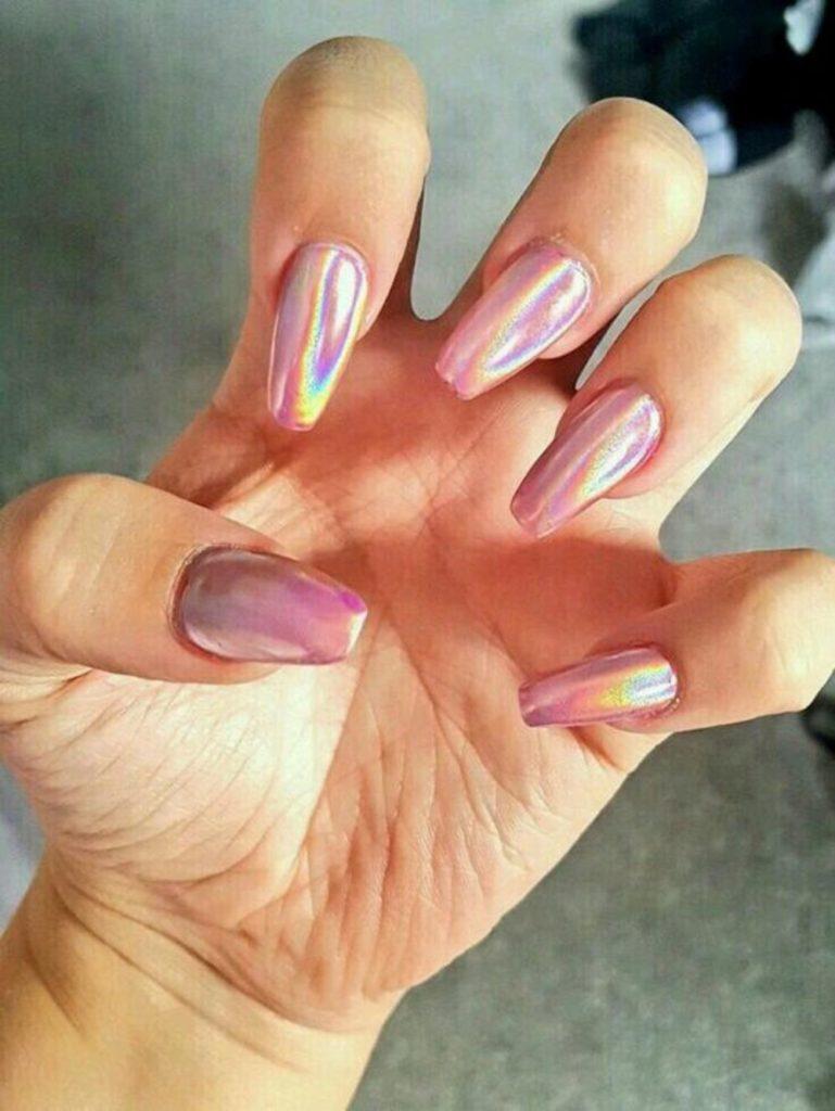 Переливчатый ярко-розовый маникюр на длинные ногти