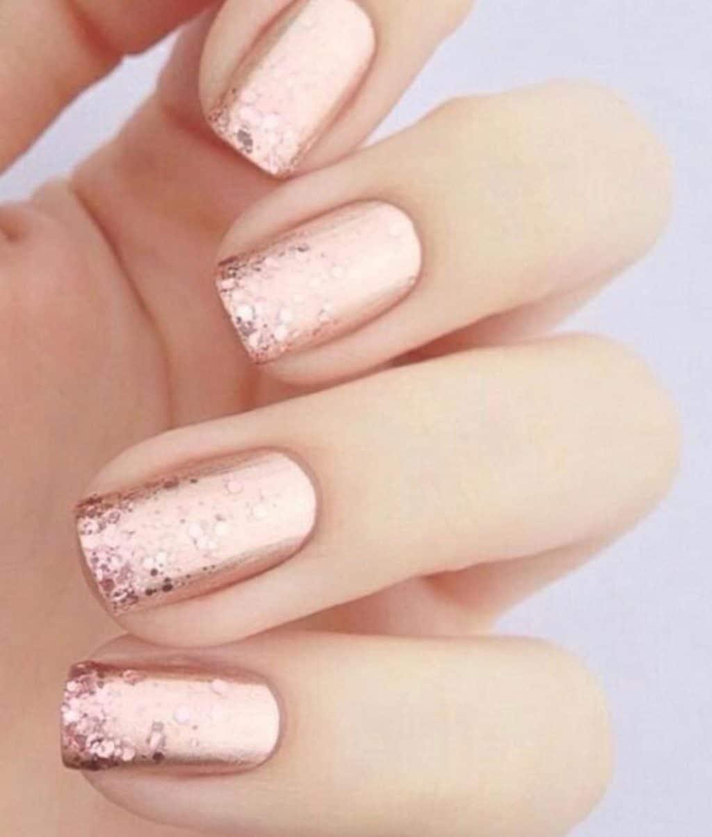 Монохромный розовый маникюр с блеском
