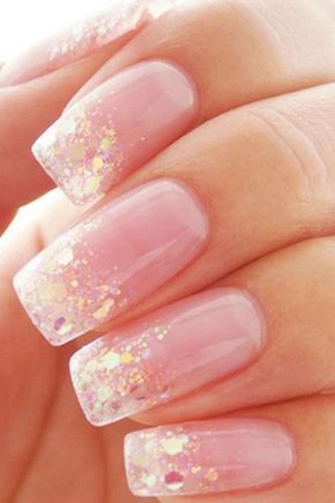 Радужные конфетти с розовыми ногтями