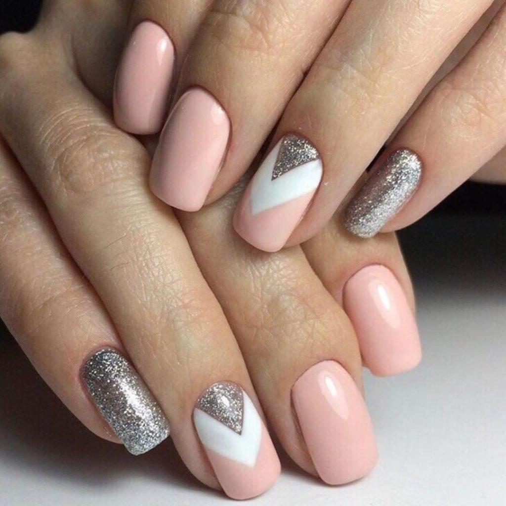 Белый с серебряным маникюр шеврон