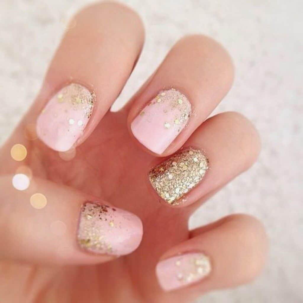 Бледно-розовый маникюр с золотом