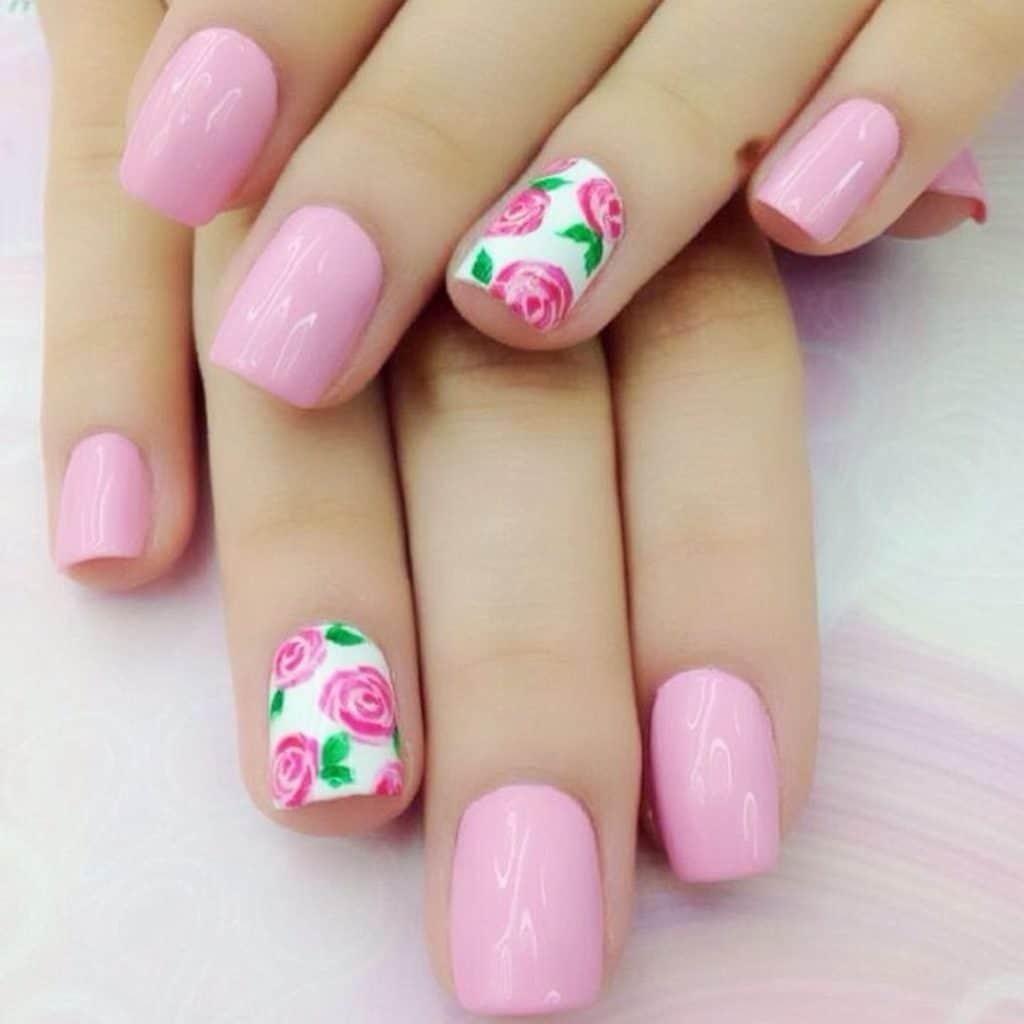 Розовый маникюр с розами