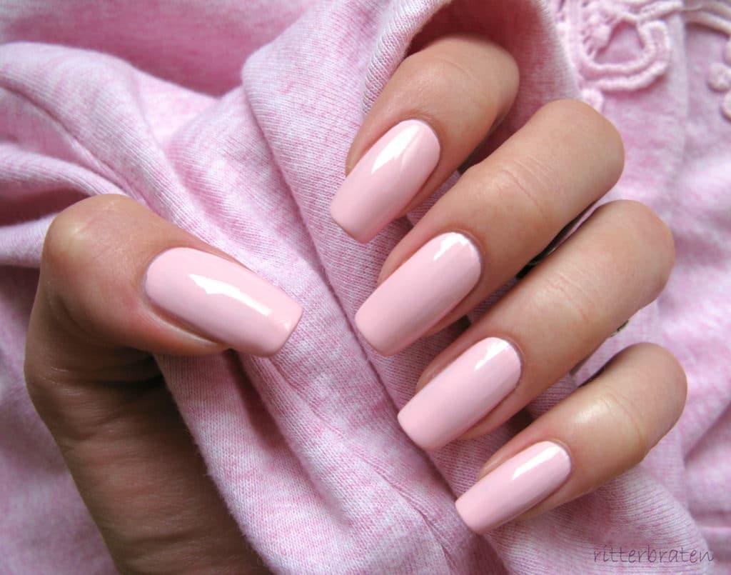 Стильный розовый маникюр на ногти средней длинны