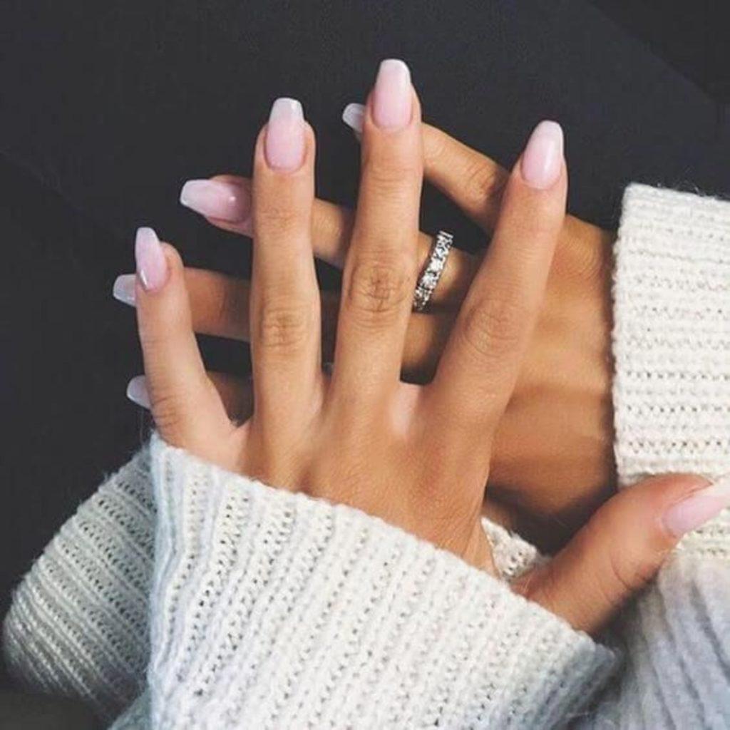 Нюдовый розовый маникюр на средние ногти