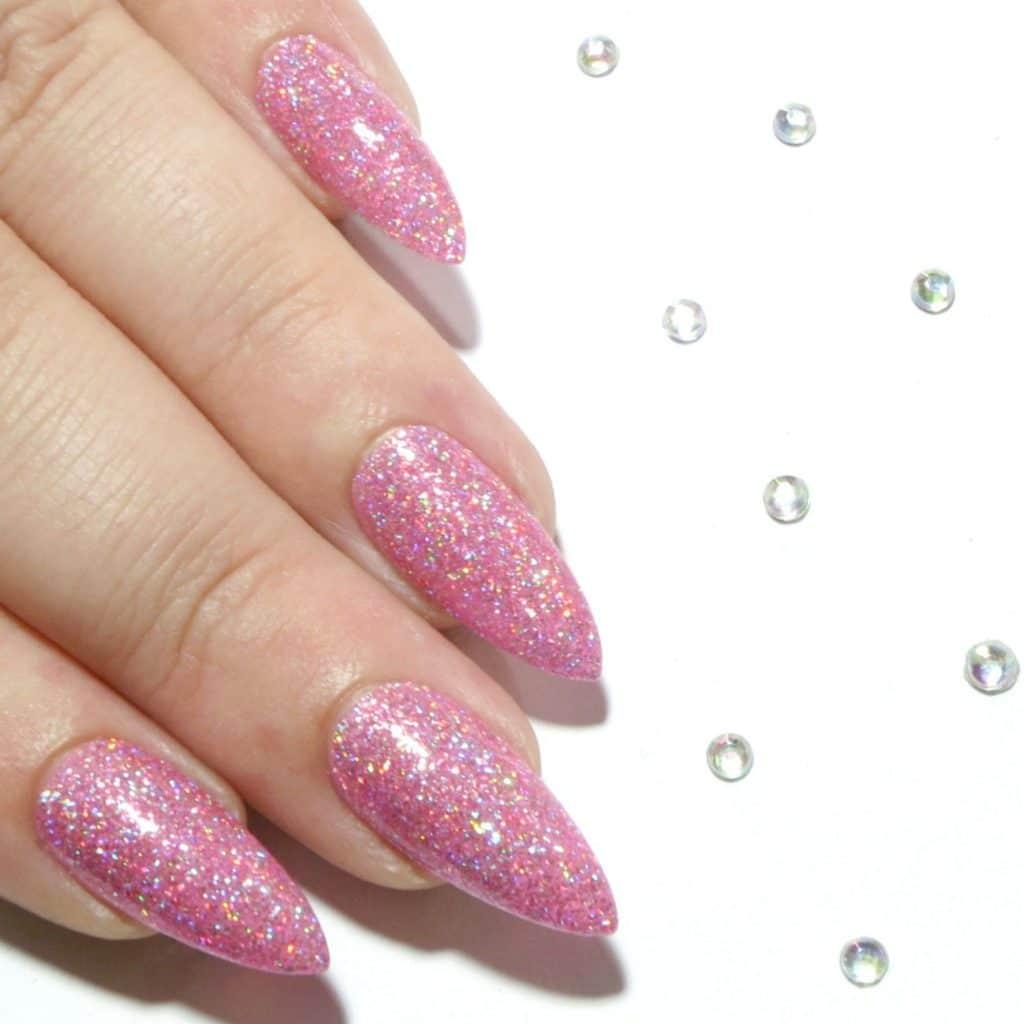 Ярко розовый маникюр с блестками на острые ногти