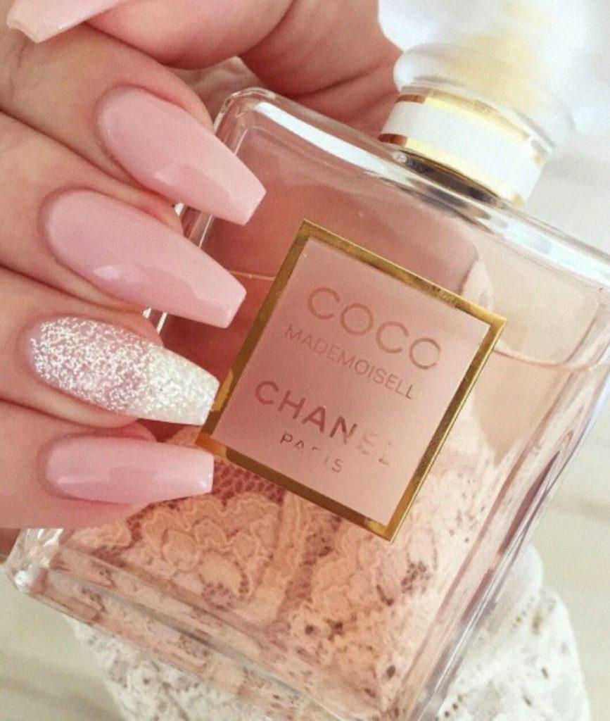 Розовый маникюр с глиттером на длинные ногти