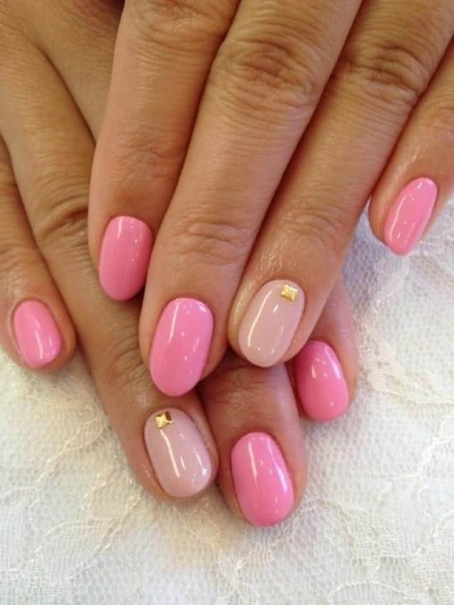 Двухцветный розовый маникюр с золотыми заклепками
