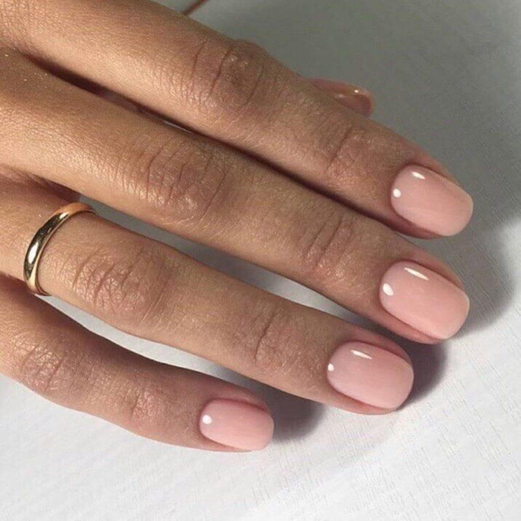 Классический розовый маникюр для коротких ногтей