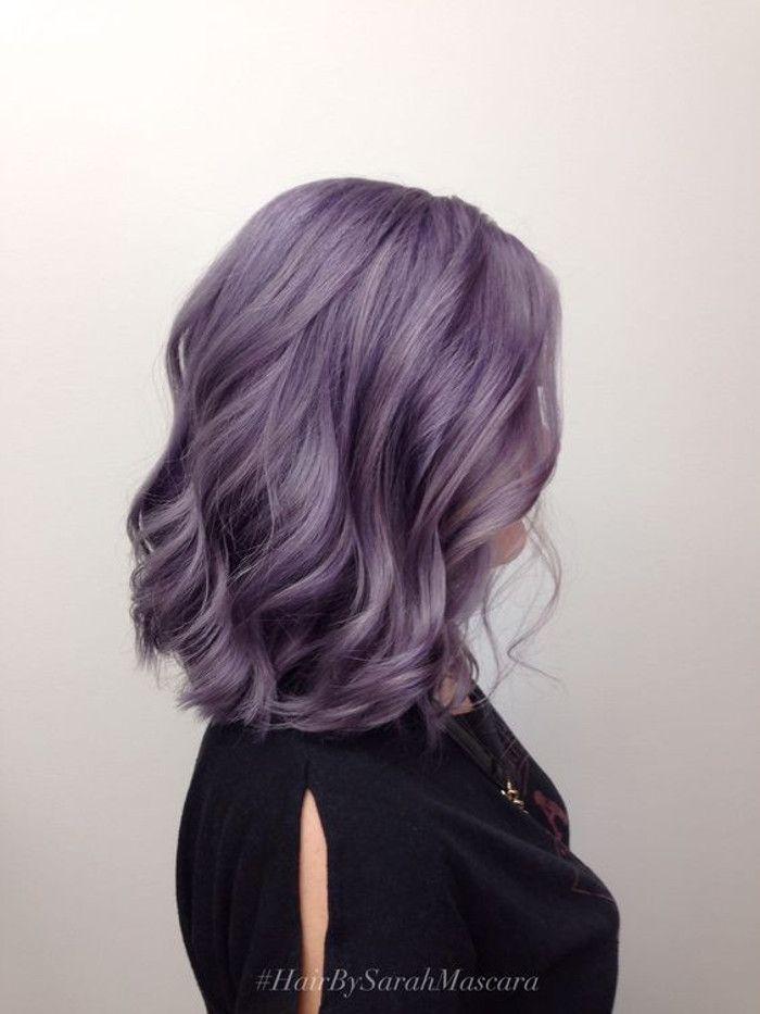 Фиолетовая короткая волнистая стрижка