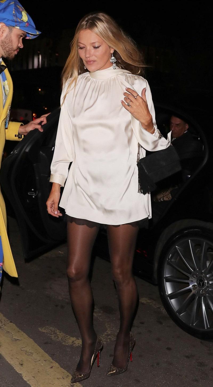 Кейт Мосс в коротком белом платье