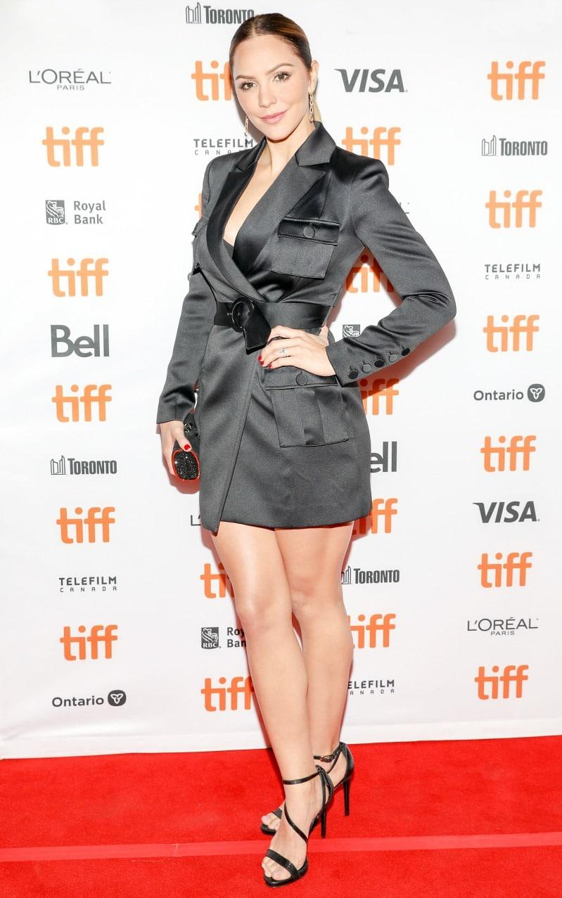 Кэтрин Макфи в коротком платье