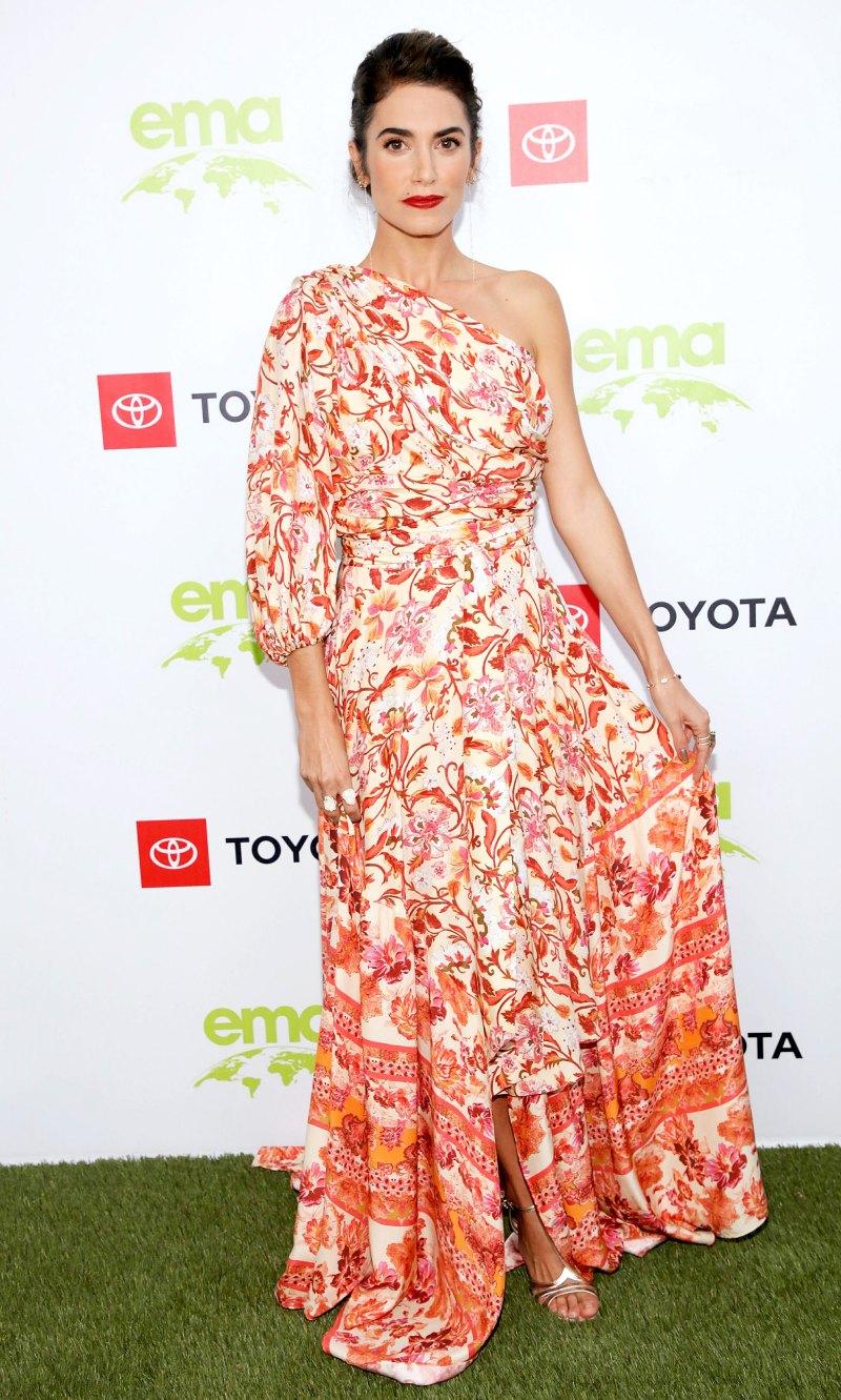 Никки Рид в асимметричном платье