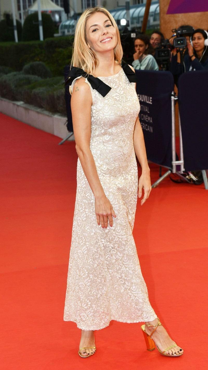 Сиенна Миллер в стильном платье