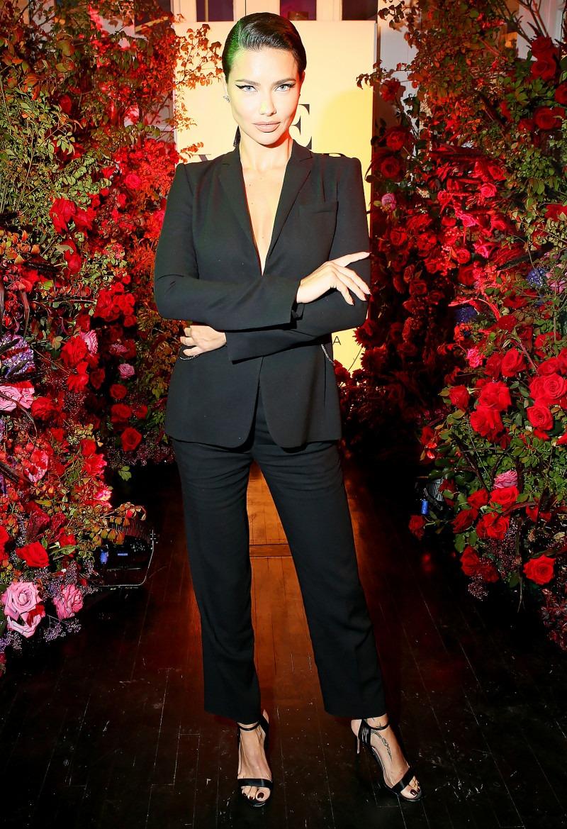 Адриана Лима в костюме