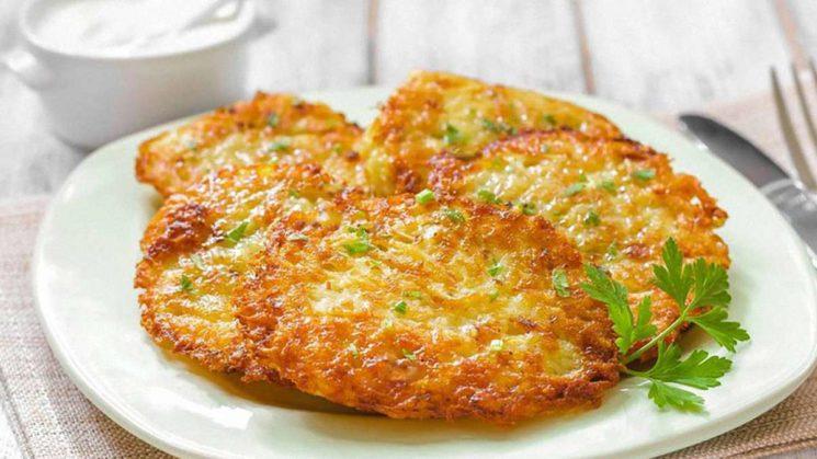 Вкусные рецепты: как приготовить деруны из картофеля