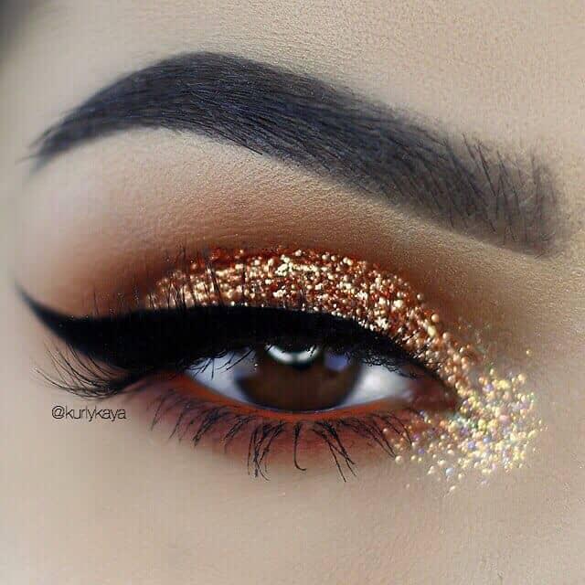 Темный макияж глаз с блестками