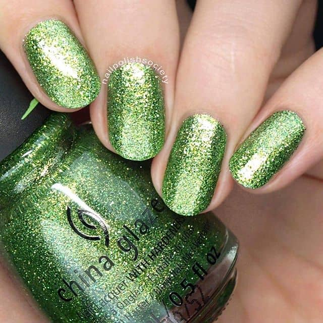 Светло-зеленый маникюр с блестками на короткие ногти фото