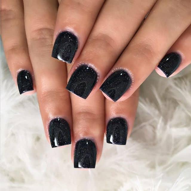 Насыщенный черный маникюр на короткие ногти фото